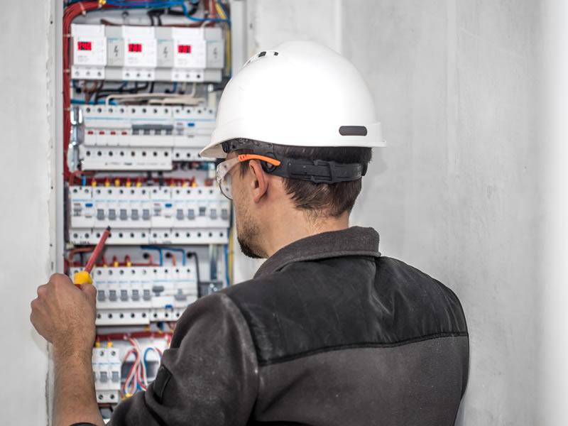 elettricista a bergamo intento a ricercare un guasto